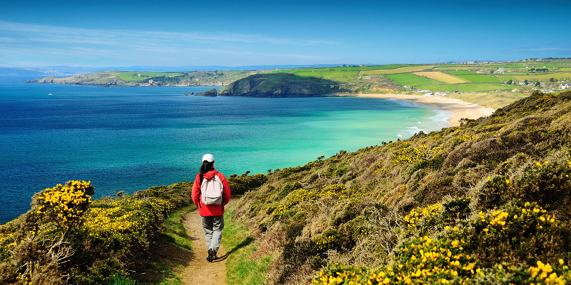 Wanderer auf dem Küstenpfad Richtung Praa Sands in Cornwall. ©South West Coast Path/Roy Curtis